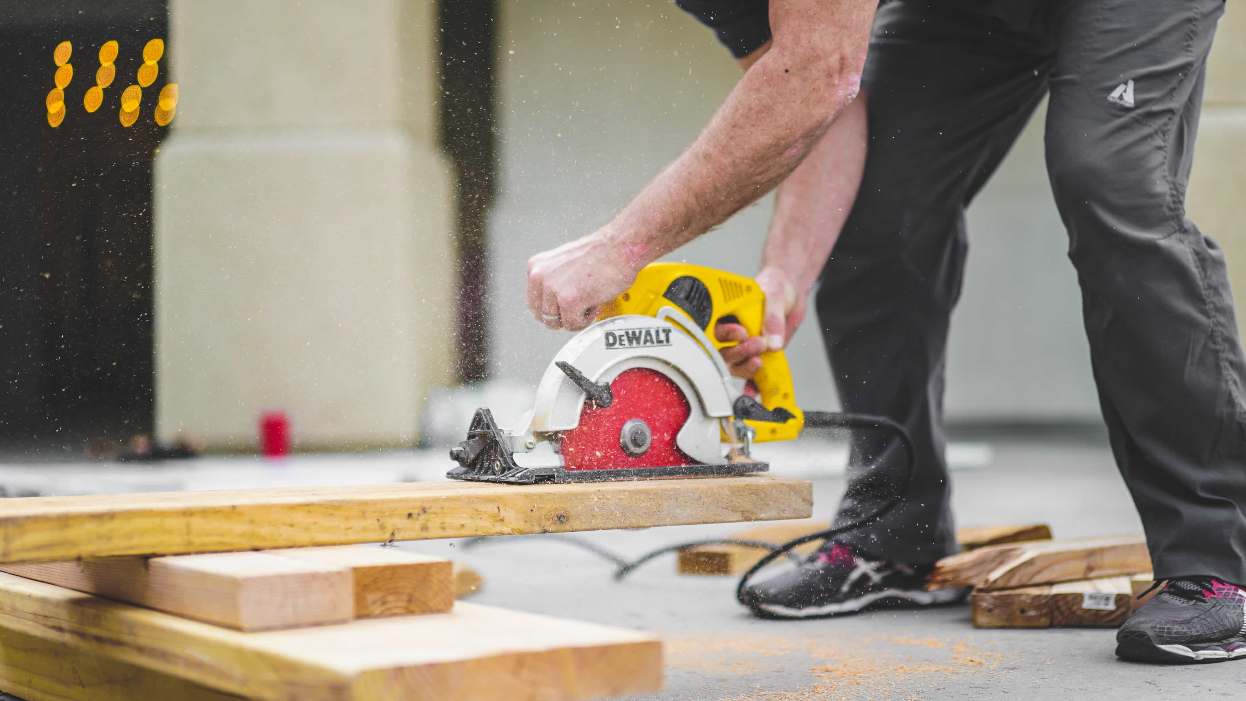 contractor with saw business insurance